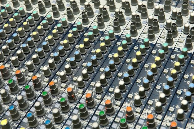 Knoppen apparatuur voor geluid mixer controle, geluidsapparatuur. Premium Foto