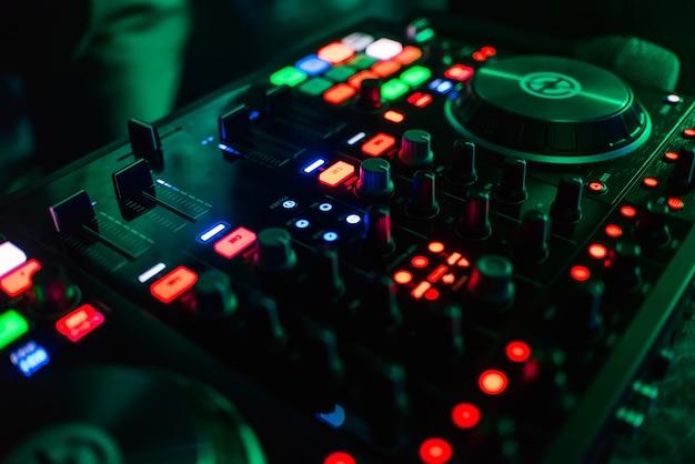 Knoppen en niveaus professionele apparatuur, dj-mixen Premium Foto