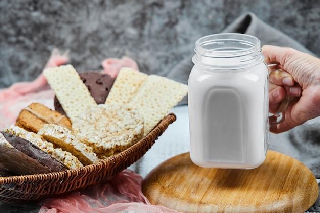 Koekjes- en cracker-variëteiten met een pot melk. Gratis Foto