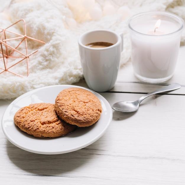 Koekjes met koffiekop op lijst Gratis Foto