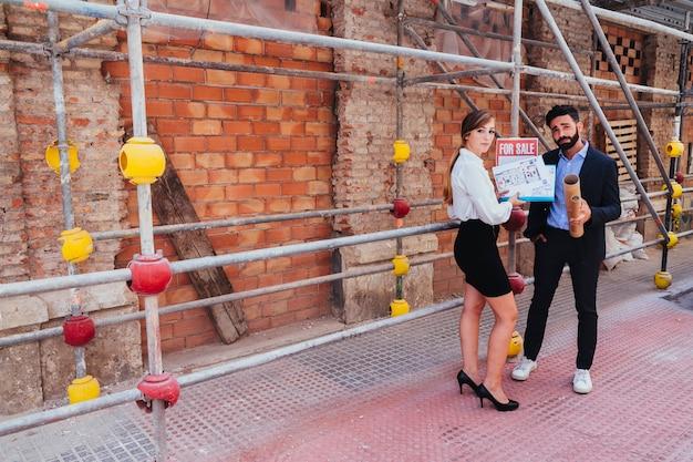 Koel makelaars die met steiger stellen Gratis Foto