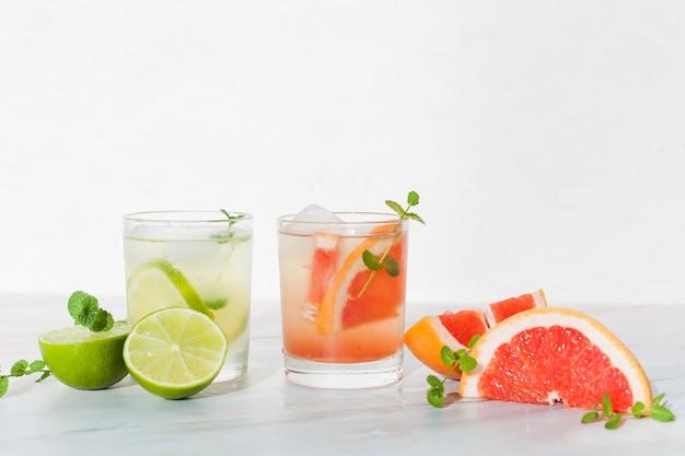 Koele citrusdranken op tafel Gratis Foto