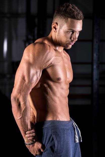 Koele jonge bodybuilder poseren Gratis Foto