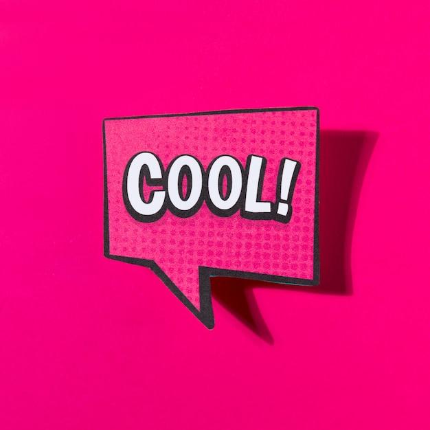 Koele komische tekst tekstballon op roze achtergrond Gratis Foto