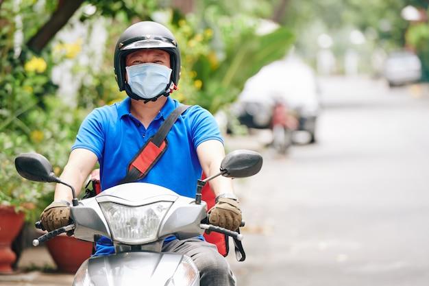 Koerier rijden op scooter Premium Foto