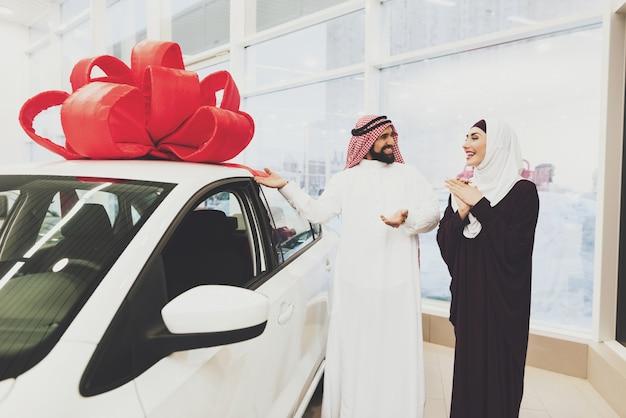 Koeweitse man koopt auto voor vrouwen arabieren in showroom Premium Foto