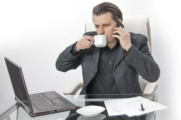 Koffie drinken en proberen te bellen Gratis Foto