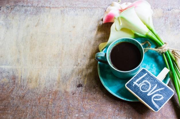 Koffie en calla bloemen Premium Foto