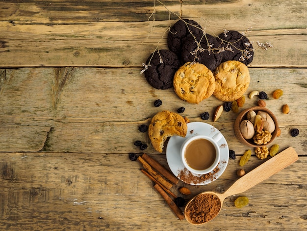 Koffie en koekjes op een houten tafel. ruimte voor tekst op tafel. Premium Foto
