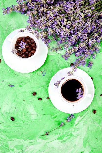 Koffie en lavendel bloemen Premium Foto