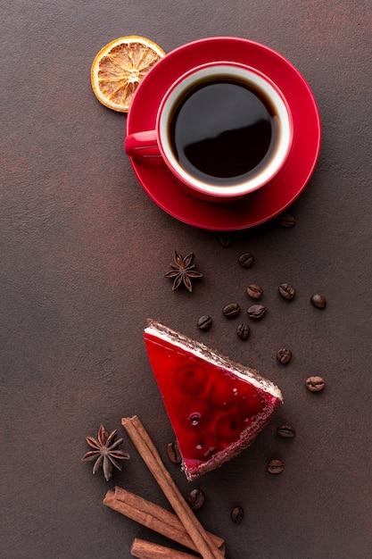 Koffie en rode cake in plat lag Gratis Foto
