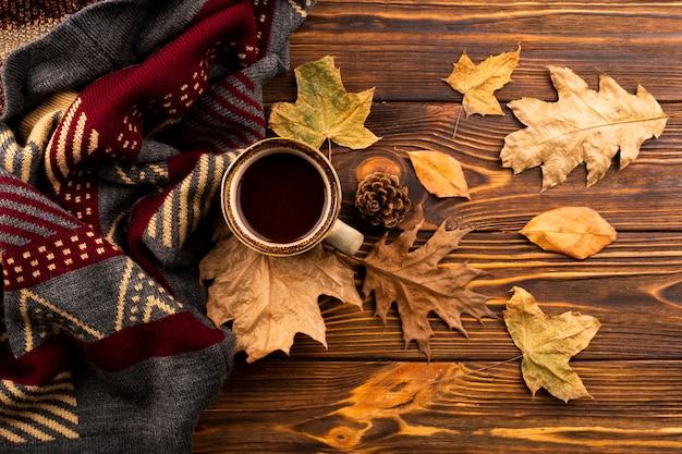 Koffie en sjaal op houten achtergrond Premium Foto