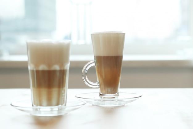 Koffie in glazen op een tafel Gratis Foto