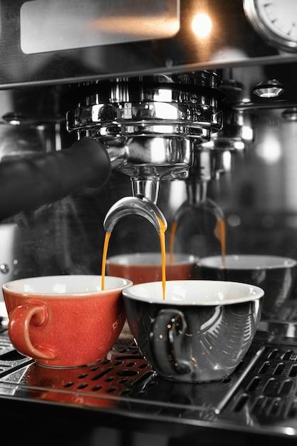 Koffie maken concept met machine Gratis Foto