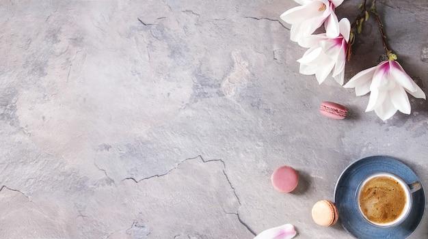 Koffie met lentebloemen Premium Foto
