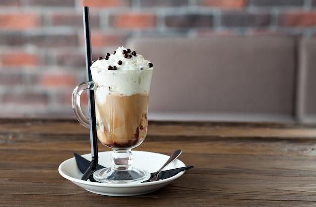 Koffie met slagroom en chocolade balletjes Premium Foto