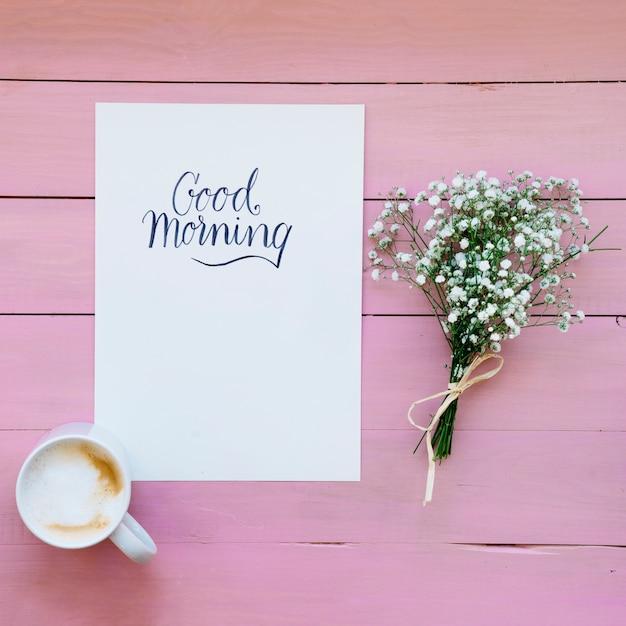 Koffie mok met sjabloon en boeket bloemen Gratis Foto