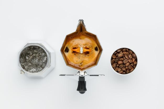 Koffie zetten in een koffiezetapparaat hoogste mening over een witte muur. elementa afzonderlijk in werkende vorm. Premium Foto