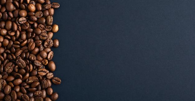 Koffiebonen aan de linkerkant. ruimte kopiëren. bovenaanzicht. Premium Foto