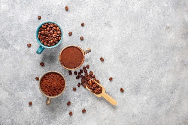Koffiebonen en gemalen poeder. Gratis Foto