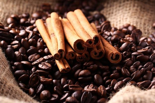 Koffiebonen en kaneelstokjes Gratis Foto