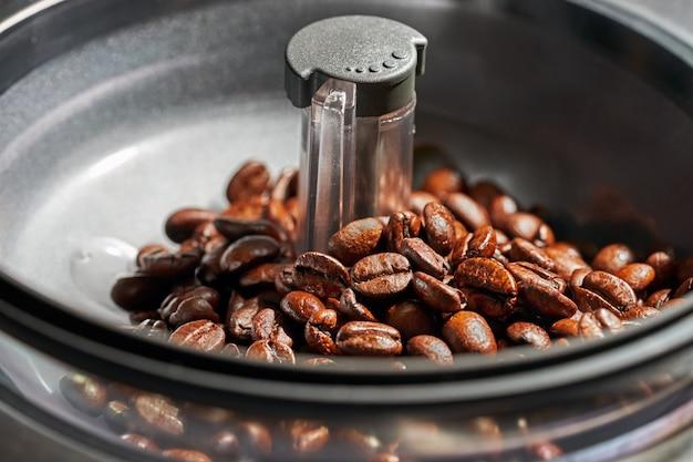 Koffiebonen in een machine Premium Foto