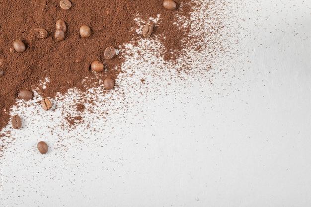 Koffiebonen op de gemengde koffie of cacaopoeder. Gratis Foto