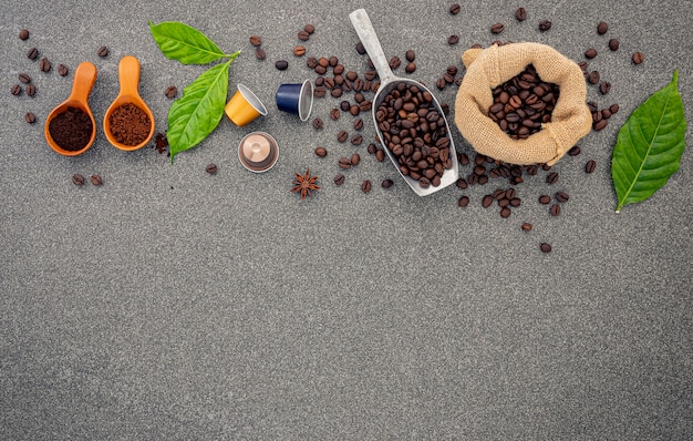 Koffiebonen op donkere steen. Premium Foto