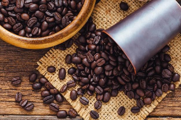 Koffiebonen op houten tafel Premium Foto