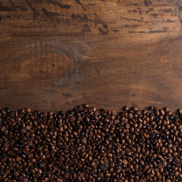 Koffiebonen op randen op tafel Gratis Foto