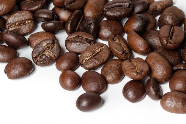 Koffiebonen op witte achtergrond worden geïsoleerd die Premium Foto