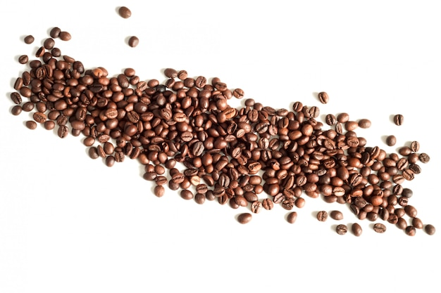 Koffiebonen op witte hoogste mening die als achtergrond worden geïsoleerd, exemplaarruimte Premium Foto