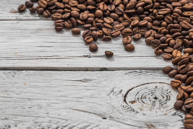 Koffiebonen op witte houten achtergrond, close-up Gratis Foto