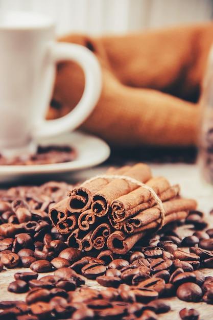 Koffieboon. een kopje koffie. selectieve aandacht. Premium Foto