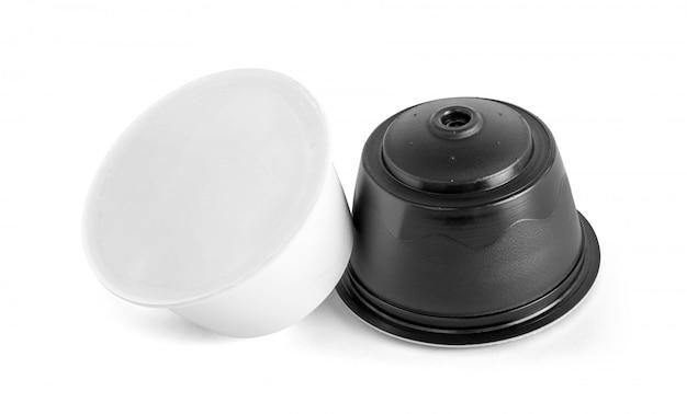 Koffiecapsules voor compatibele systemen die op witte achtergrond worden geïsoleerd Premium Foto