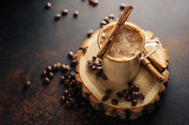 Koffiecinnammon drinkt met melk Premium Foto