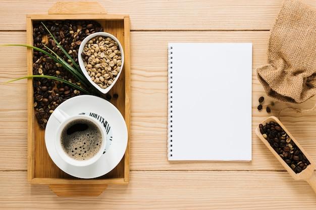 Koffiedienblad met notitieboekjemodel Gratis Foto