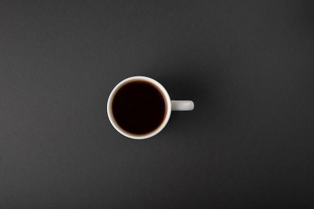 Koffiekop op grijs wordt geïsoleerd die Gratis Foto