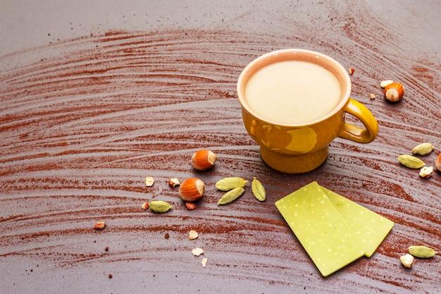 Koffiekopje, chocolade met matcha-thee, hazelnoten, cacaopoeder en kardemom Premium Foto