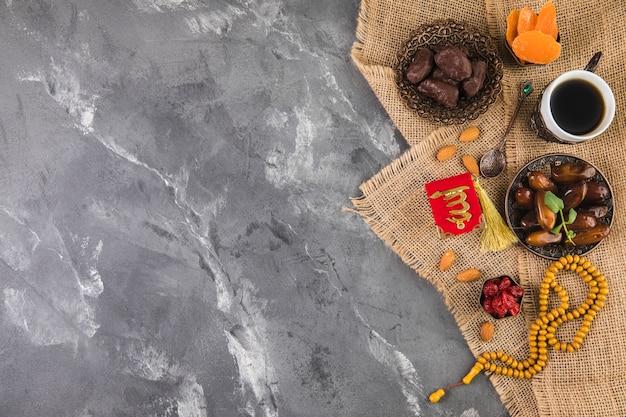 Koffiekopje met dadels fruit en kralen Gratis Foto