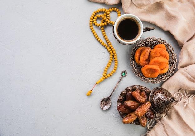 Koffiekopje met gedroogde dadels fruit en abrikoos Premium Foto