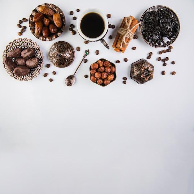 Koffiekopje met gedroogde vruchten en hazelnoten Gratis Foto