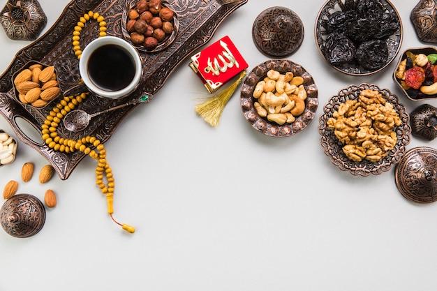 Koffiekopje met verschillende noten en kralen Gratis Foto