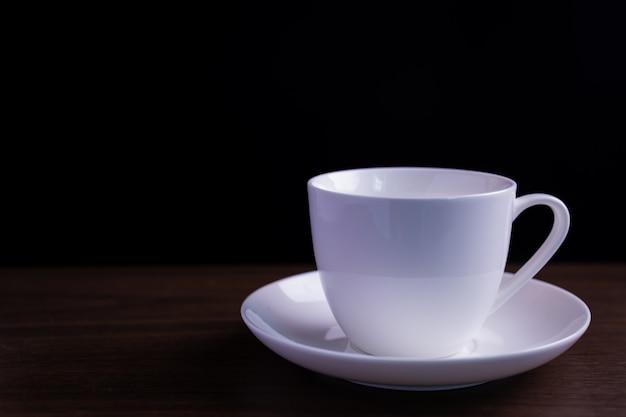 Koffiekopje op donkere tafel Premium Foto