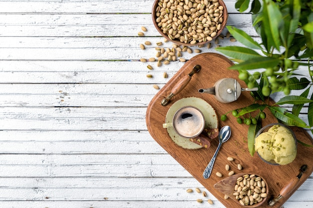 Koffiekopje, snacks en dessert op witte houten achtergrond Premium Foto