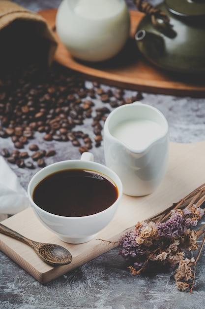 Koffiekopjes en bonen, internationaal koffiedagconcept Gratis Foto