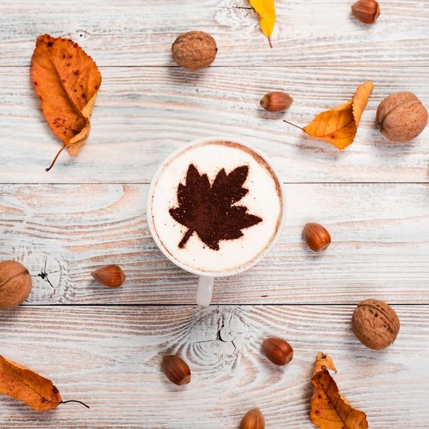 Koffiemok met kastanjes en walnoten Gratis Foto