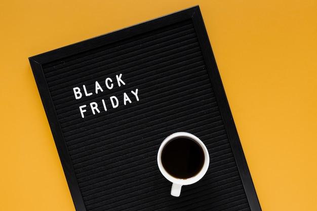 Koffiemok op zwart vrijdagframe Gratis Foto