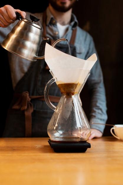 Koffieproces met lage hoek op het werk Gratis Foto