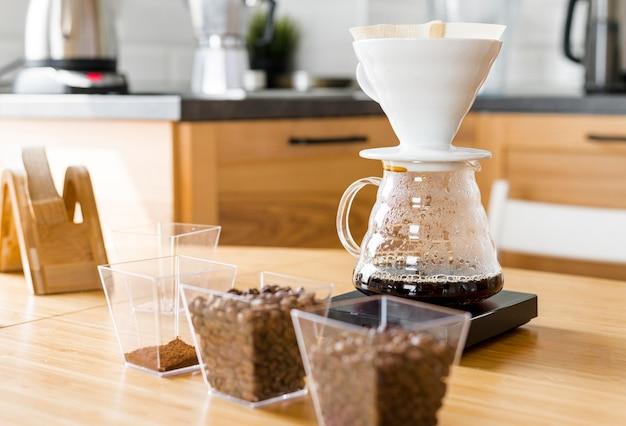 Koffiezetapparaat en bonenassortiment Gratis Foto